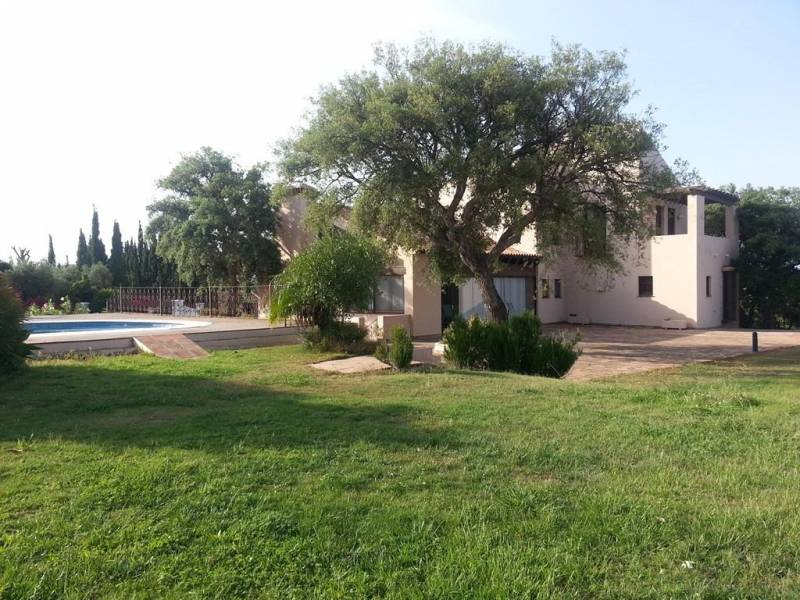 fachada de villa en alquiler en san roque h15 International Realty